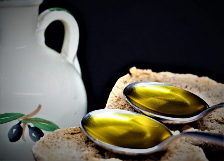 Olio Extravergine di Oliva (EVO) di Puglia: con due cucchiai al giorno togli un sacco di rogne di torno, incluso il COVID se a bassa carica.